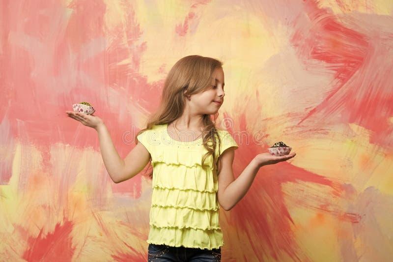 Enfant avec de longs gâteaux de participation de cheveux blonds photographie stock libre de droits