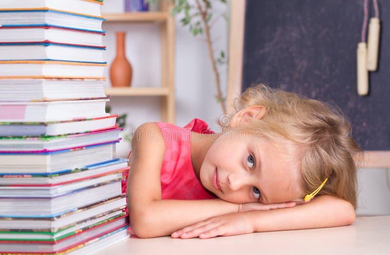 Enfant avec des livres photographie stock