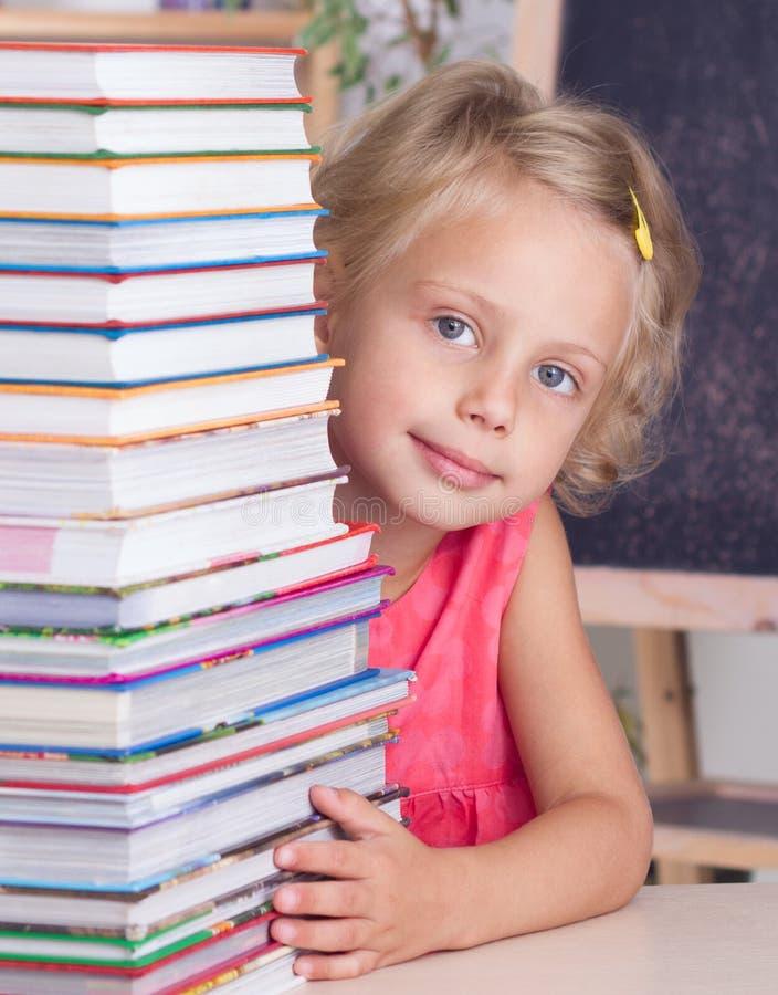 Enfant avec des livres images libres de droits