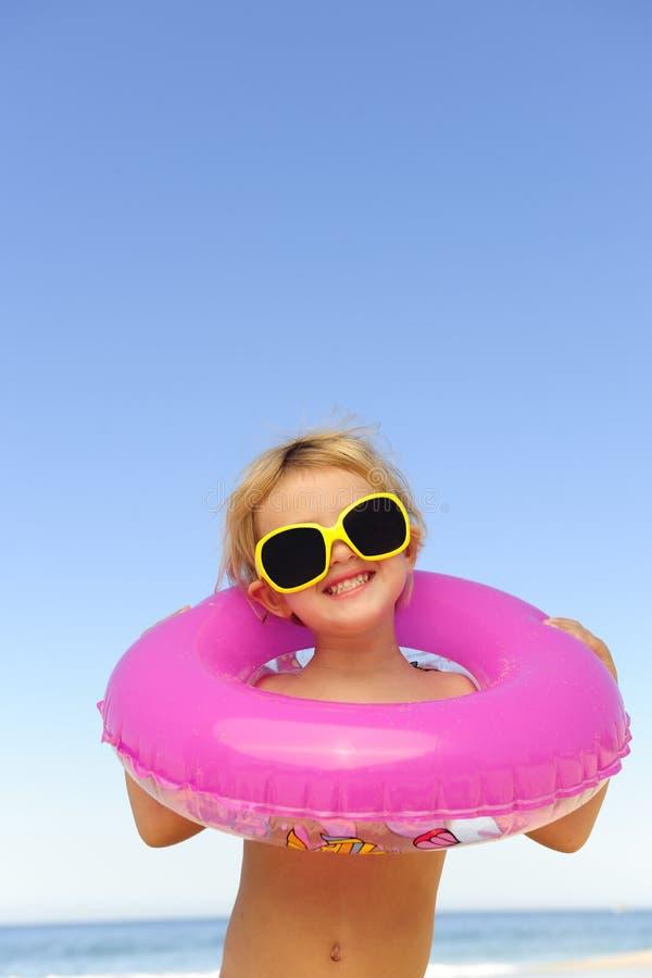 Enfant avec des lunettes de soleil à la plage images stock