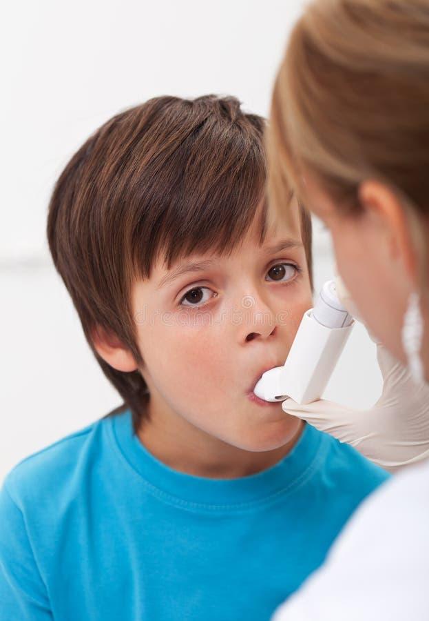 Enfant avec des problèmes respiratoires photos libres de droits