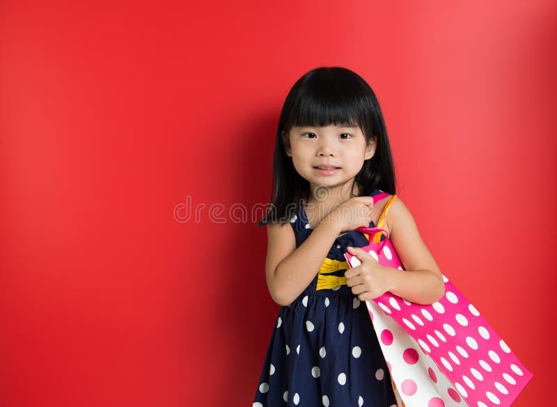 Enfant avec des sacs à provisions photo libre de droits