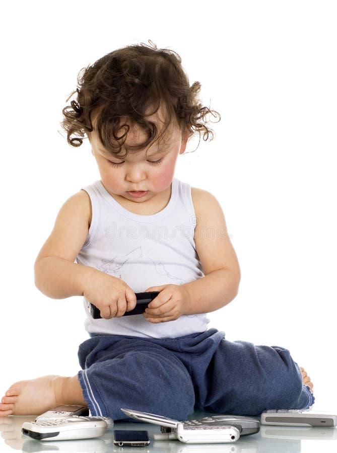 Enfant avec des téléphones portables. photos libres de droits