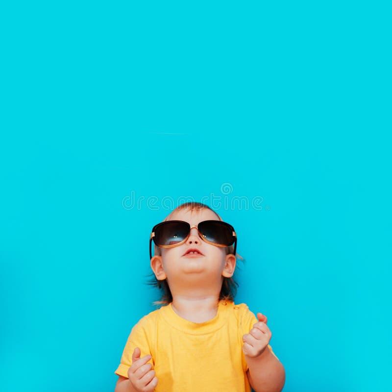 Enfant avec des verres recherchant image stock