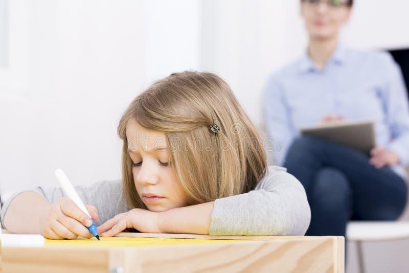 Enfant avec l'inquiétude et la dépression images stock