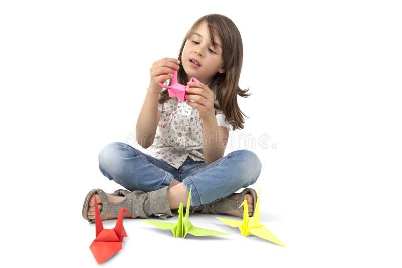 Enfant avec l'oiseau d'origami photographie stock libre de droits