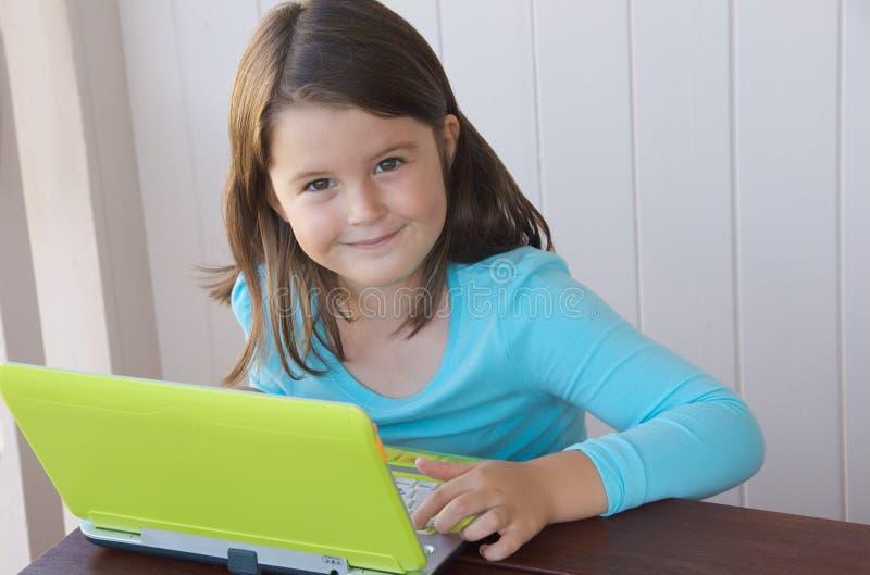 Enfant avec l'ordinateur image stock