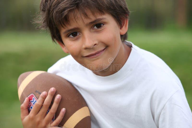 Enfant avec la boule de rugby photos libres de droits