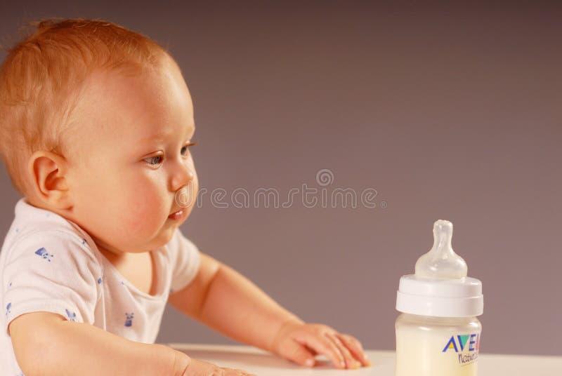 Enfant avec la bouteille photo stock