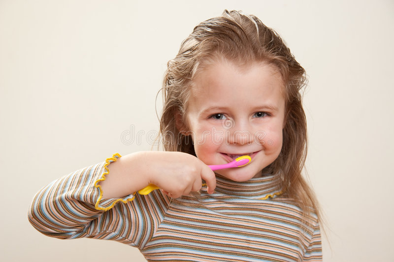 Enfant avec la brosse à dents photographie stock libre de droits