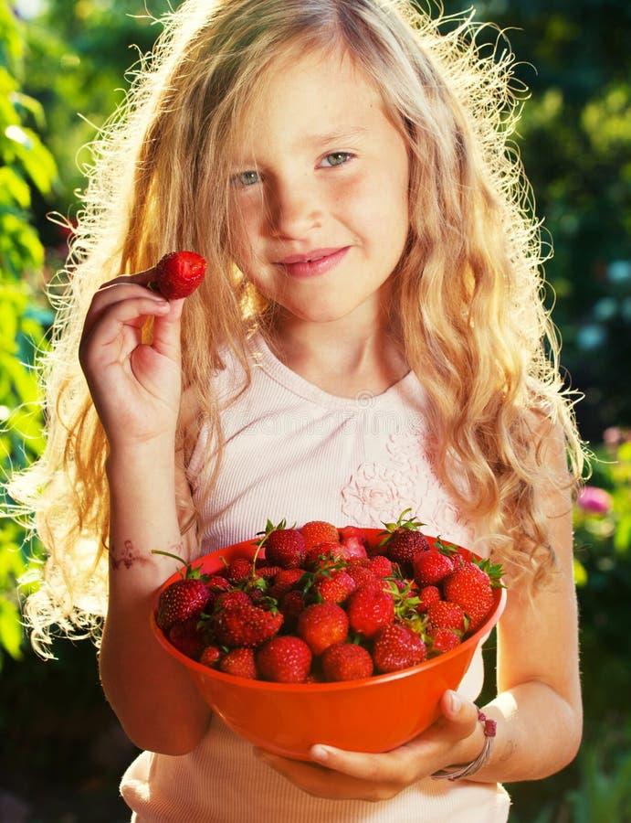 Enfant avec la fraise image stock