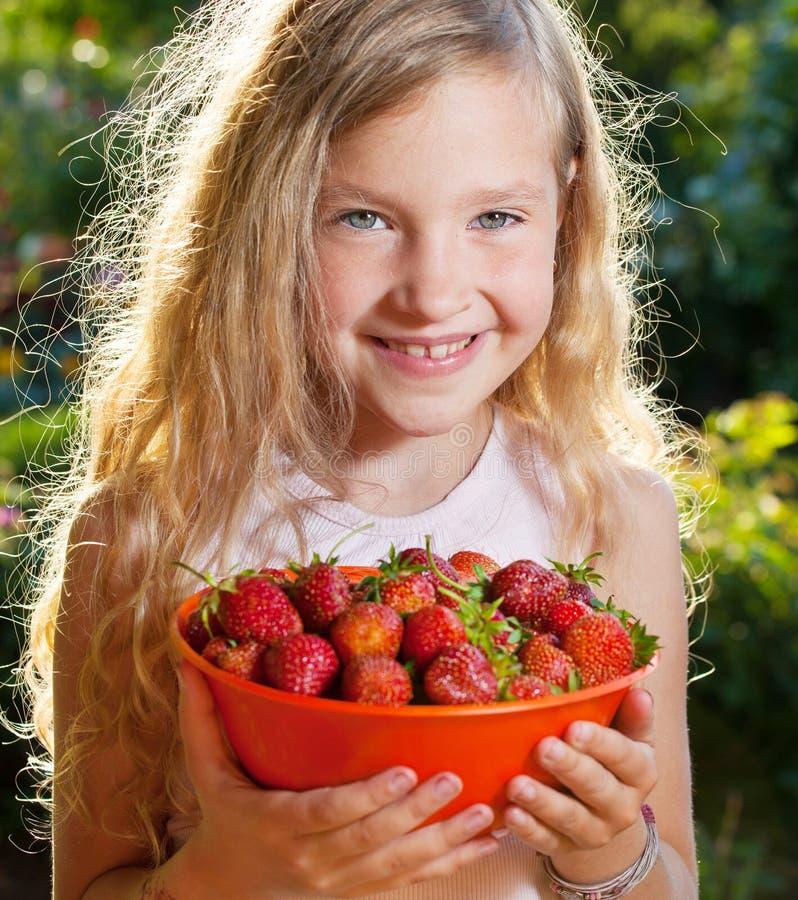 Enfant avec la fraise images stock