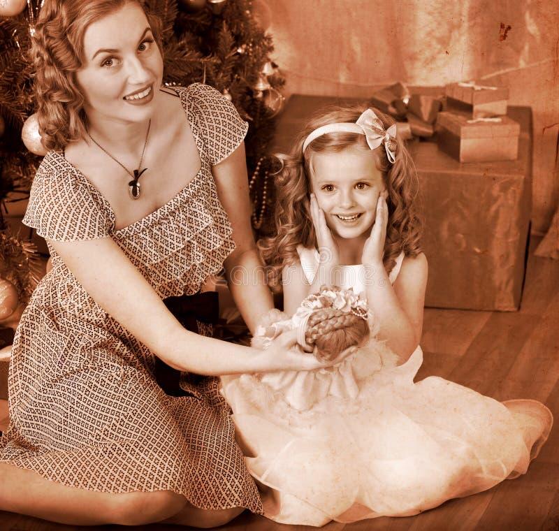 Enfant avec la mère sous l'arbre de Noël. photos stock