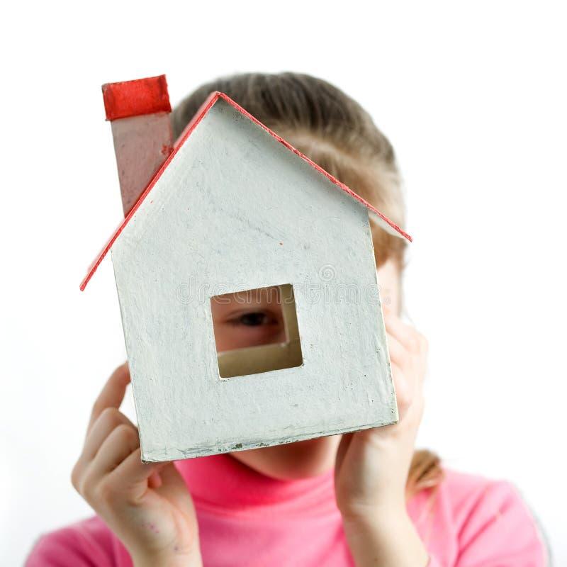 Enfant avec la maison photographie stock libre de droits