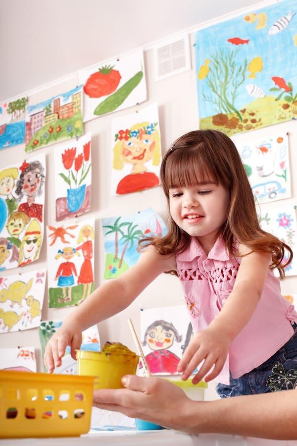 Enfant avec la peinture dans la classe d'art. photographie stock libre de droits