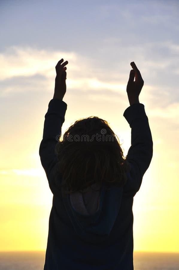 enfant avec la prière de mains image stock