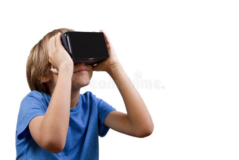 Enfant avec la réalité virtuelle, verres de carton de VR d'isolement sur le blanc photographie stock libre de droits