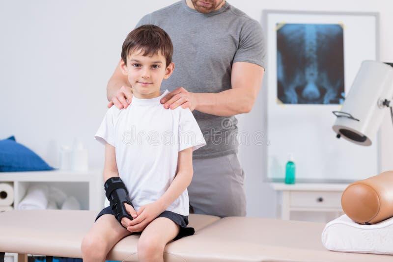 Enfant avec la scoliose pendant la physiothérapie photo stock