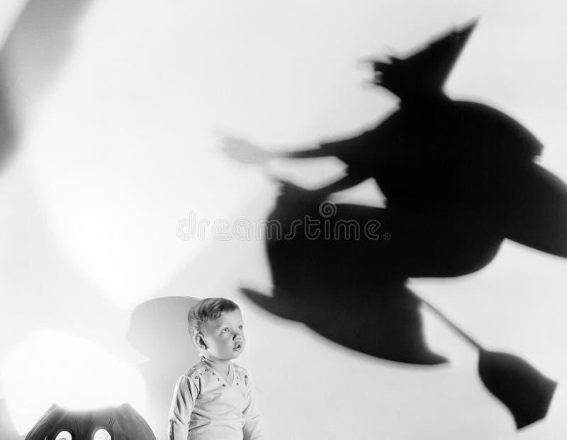 Enfant avec la silhouette de la sorcière et lanterne du cric o (toutes les personnes représentées ne sont pas plus long vivantes  photo libre de droits