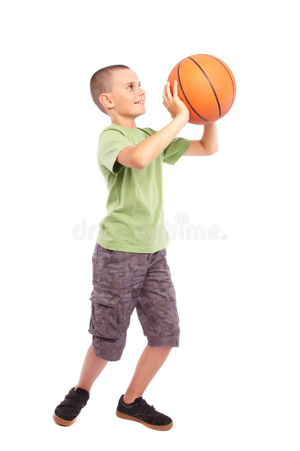 Enfant avec le basket-ball d'isolement sur le fond blanc image libre de droits