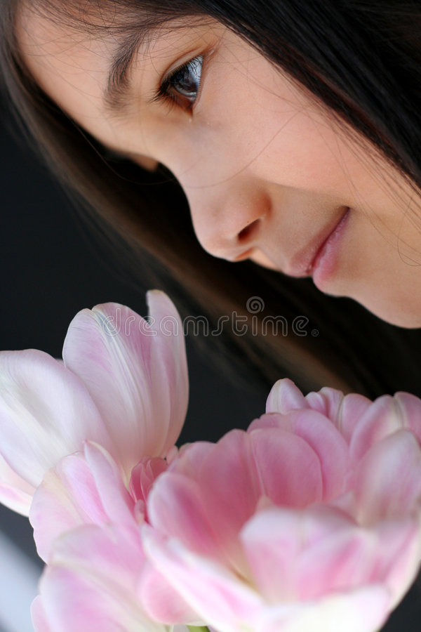 Enfant avec le bouquet des tulipes image stock