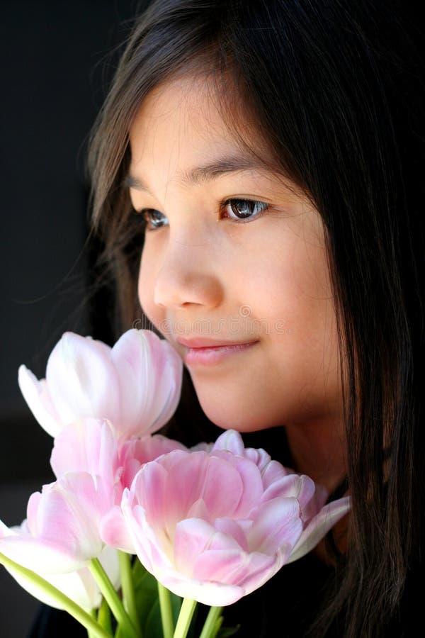 Enfant avec le bouquet des tulipes photographie stock libre de droits