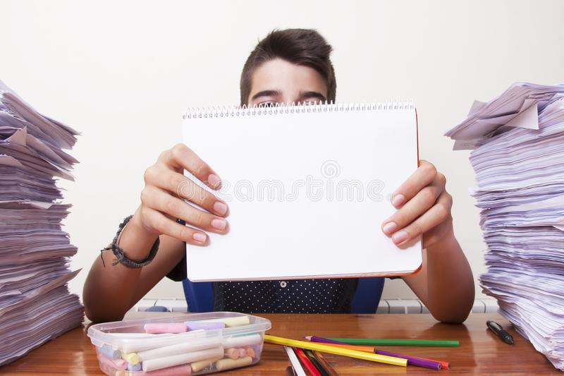 Enfant avec le carnet photo libre de droits