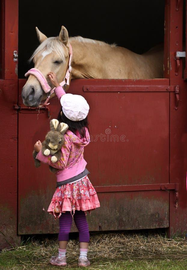 Enfant avec le cheval photos stock