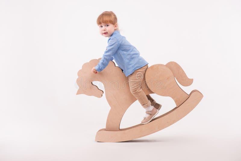 Enfant avec le cheval de jouet image libre de droits