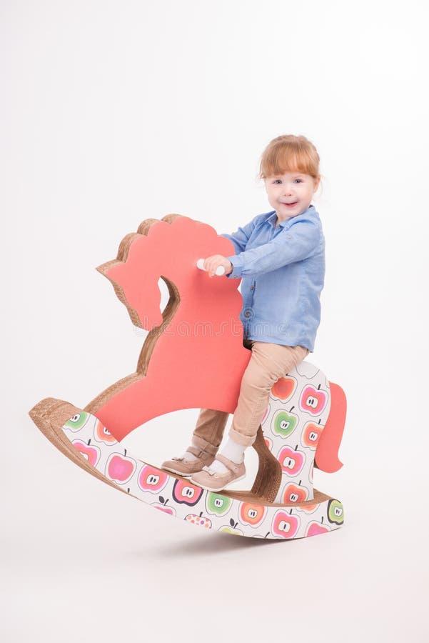 Enfant avec le cheval de jouet photo libre de droits