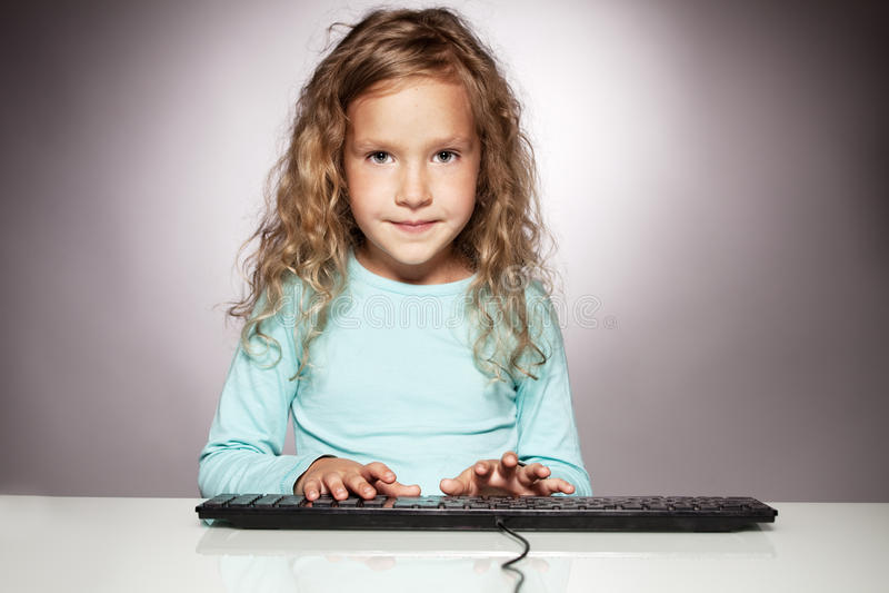Enfant avec le clavier d'ordinateur image libre de droits