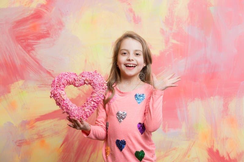 enfant avec le coeur décoratif d'amour images libres de droits