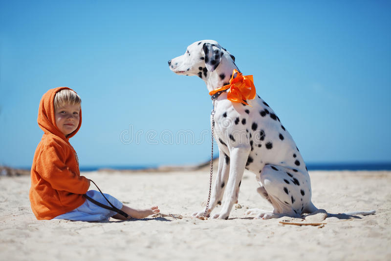 Enfant avec le crabot photos stock
