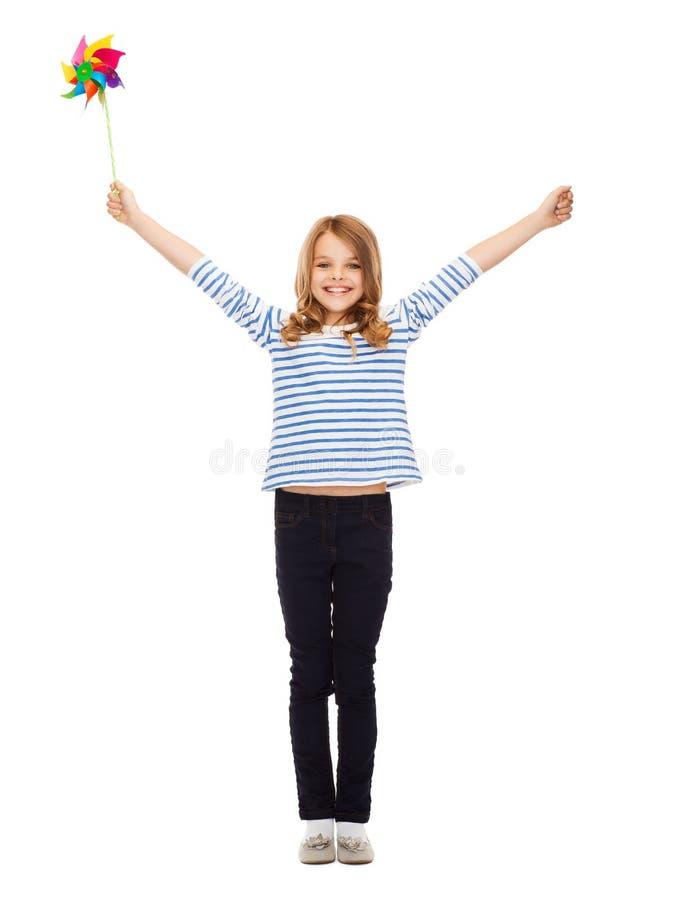 Enfant avec le jouet coloré de moulin à vent photo stock