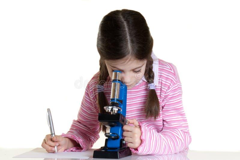 Enfant avec le microscope photographie stock