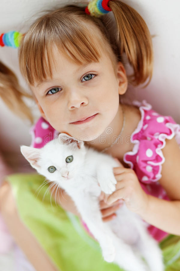 Enfant avec le minou photographie stock