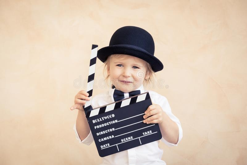 Enfant avec le panneau de clapet jouant ? la maison photo stock