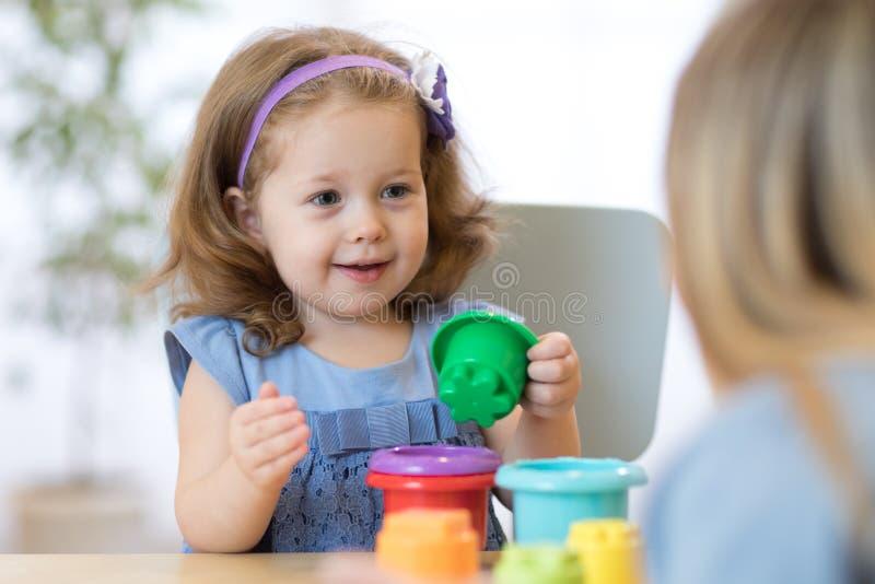 Enfant avec le professeur dans le jardin d'enfants photo stock