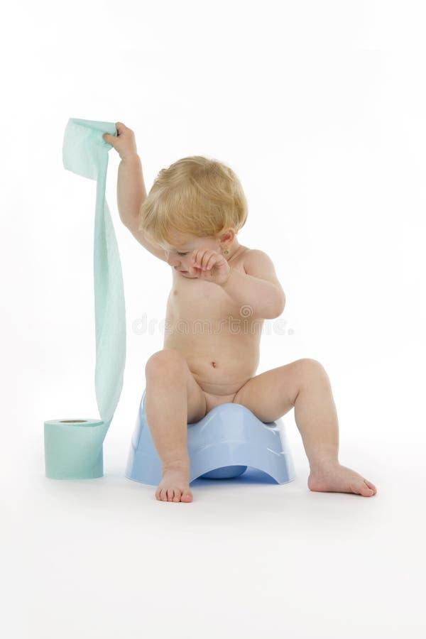 Enfant avec le rouleau de papier hygiénique. photo libre de droits