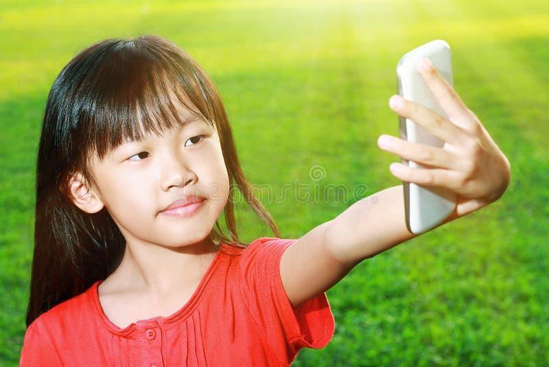 Enfant avec le smartphone photo libre de droits