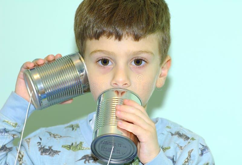 Enfant avec le téléphone de bidon photographie stock libre de droits