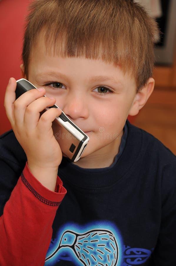 Enfant avec le téléphone portable image libre de droits