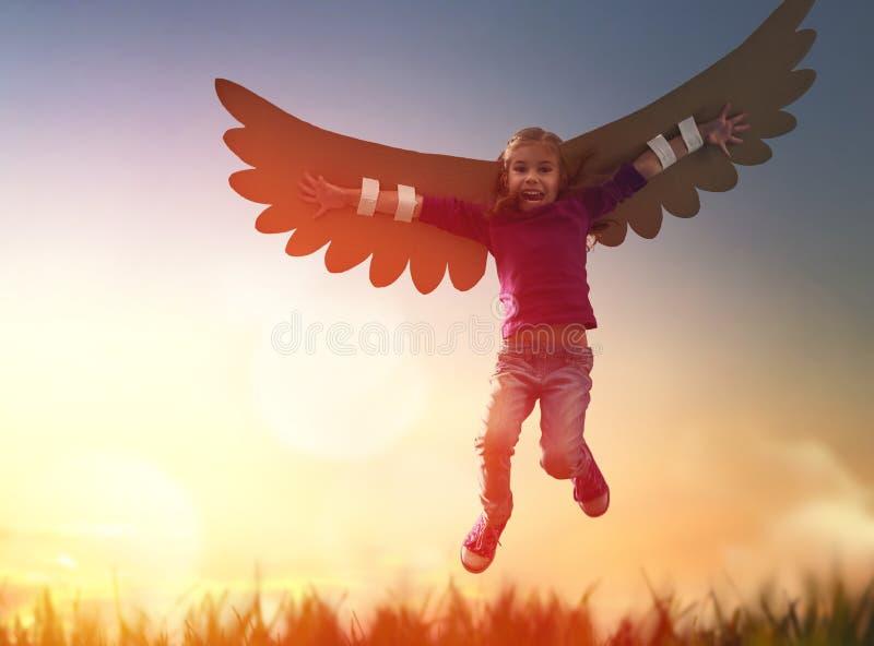 Enfant avec les ailes d'un oiseau images stock