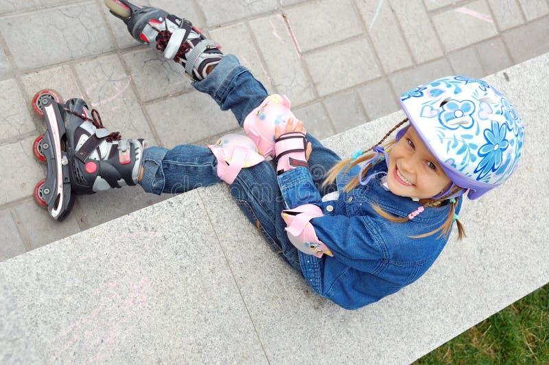Enfant avec les rollerskates et le casque protecteur image libre de droits