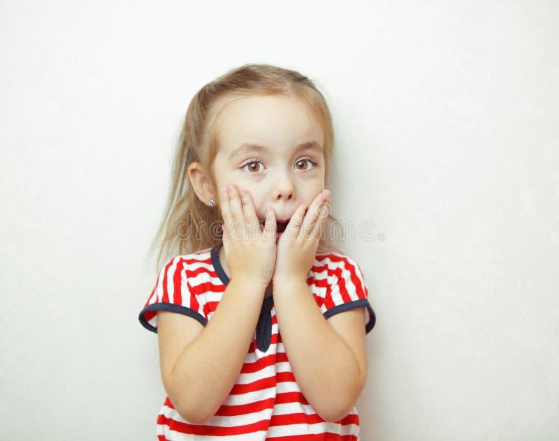 Enfant avec les yeux noisette exprimant son émotion de surprise photo libre de droits