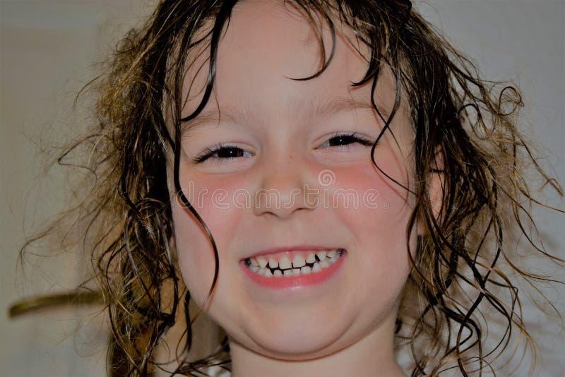 Enfant avec longtemps, cheveux humides et non résolus image stock