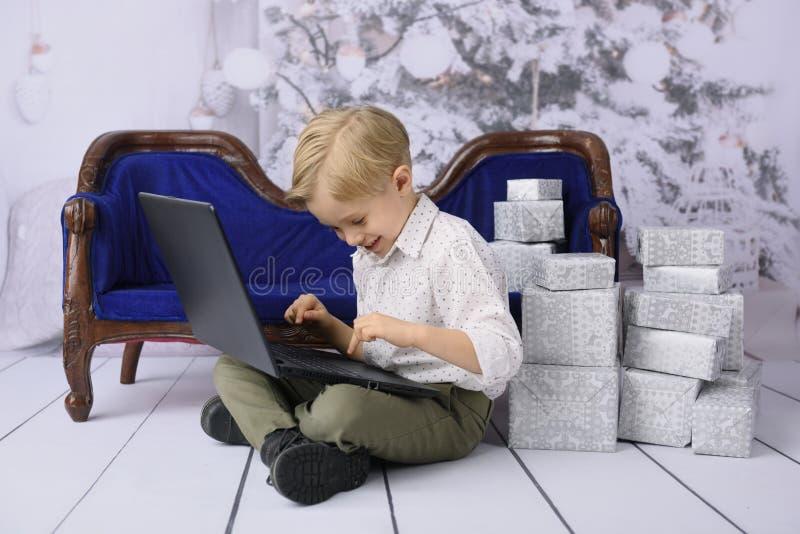 Enfant avec un cadeau pour Noël images libres de droits