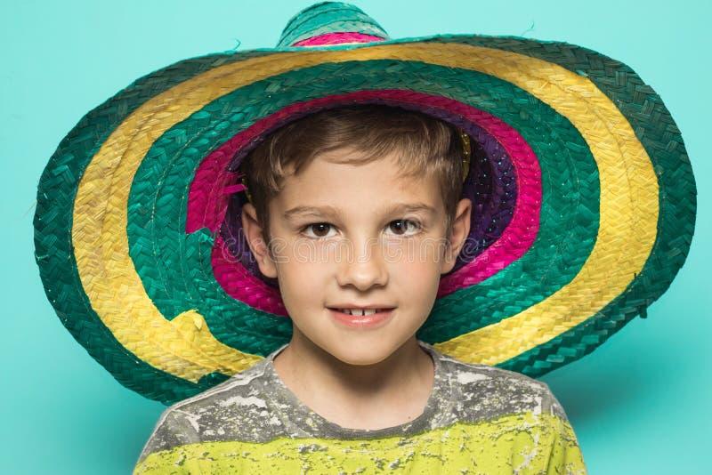 Enfant avec un chapeau mexicain photo stock