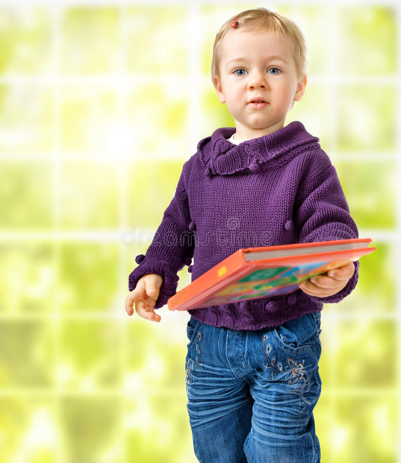 Enfant avec un livre image libre de droits