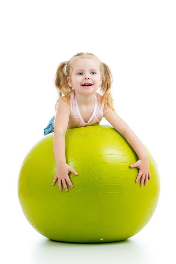 Enfant ayant l'amusement avec la boule gymnastique photo stock